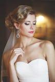 Porträt einer Frau in einem weißen Kleid Stockfotografie