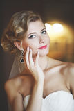 Porträt einer Frau in einem weißen Kleid Stockfotos