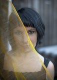 Porträt einer Frau, Hälfte des Gesichtes wird durch lichtdurchlässigen Schleier bedeckt Stockbilder