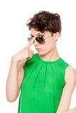 Porträt einer Frau im stilvollen Blick der Sonnenbrille auf einem Weiß Stockbild