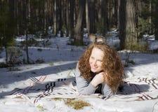 Porträt einer Frau im Wald im Winter lizenzfreies stockbild
