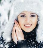 Porträt einer Frau im Winter kleidet auf dem Schnee Lizenzfreie Stockfotos