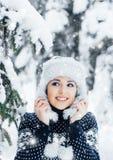 Porträt einer Frau im Winter kleidet auf dem Schnee Lizenzfreie Stockfotografie