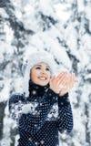 Porträt einer Frau im Winter kleidet auf dem Schnee Stockfotos