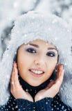 Porträt einer Frau im Winter kleidet auf dem Schnee Stockfotografie