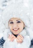 Porträt einer Frau im Winter kleidet auf dem Schnee Stockfoto
