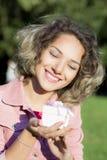 Porträt einer Frau ist mit einem Geschenk lizenzfreies stockbild