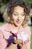Porträt einer Frau ist mit einem Geschenk stockfoto