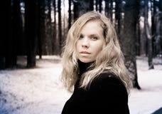 Porträt einer Frau mit dem blonden gelockten Haar Lizenzfreies Stockbild