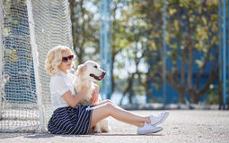 Porträt einer Frau mit dem schönen Hund, der draußen spielt Lizenzfreie Stockfotografie