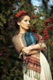 Porträt einer Frau mit Eberesche Lizenzfreies Stockbild