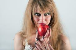 Porträt einer Frau mit einem Apfel Lizenzfreies Stockfoto