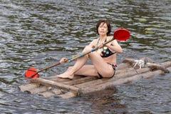 Porträt einer Frau mit einem Paddel stockbild