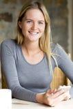 Porträt einer Frau mit einem Smartphone Stockbilder