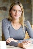 Porträt einer Frau mit einem Smartphone Lizenzfreies Stockfoto