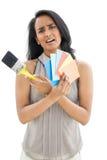 Porträt einer Frau mit Farbenproben und -malerpinsel Lizenzfreie Stockfotos