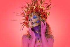 Porträt einer Frau mit Gesichtskunst im Stil des Tages der Toten und der Renaissance lizenzfreies stockbild