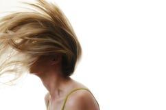 Frau mit Haarfliegen in der Luft auf weißem Hintergrund Stockfotos