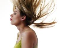 Frau mit Haarfliegen in der Luft auf weißem Hintergrund Lizenzfreie Stockbilder