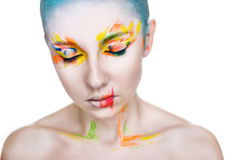 Porträt einer Frau mit kreativem buntem Make-up Stockfoto