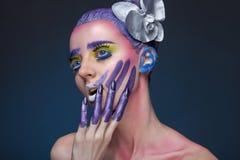 Porträt einer Frau mit kreativem Make-up Stockfotografie