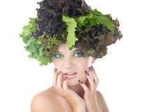Porträt einer Frau mit Salat in gehabt getrennt auf klarem weißem Hintergrund stockfoto