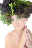 Porträt einer Frau mit Salat in gehabt getrennt auf klarem weißem Hintergrund stockfotografie