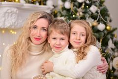 Porträt einer Frau mit zwei Kindneues Jahr-Weihnachten Stockfoto