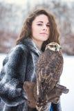 Porträt einer Frau und des Falken Stockbilder