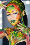 Porträt einer Frau vollständig bedeckt mit starker Farbe lizenzfreie stockfotos