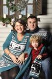 Porträt einer freundlichen Familie mit schwangerer Frau während der Weihnachtszeit lizenzfreie stockbilder