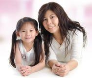 Porträt einer frohen Mutter und ihrer Tochter Stockbild