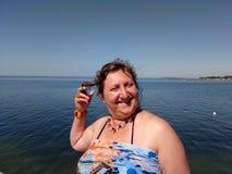 Porträt einer gebräunten Frau, die auf einem Pier steht Lizenzfreie Stockbilder