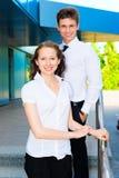 Porträt einer Geschäftsfrau auf Hintergrund ihres Partners Stockbild