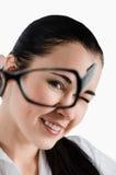 Porträt einer Geschäftsfrau, die durch Gläser schaut weißes backg Stockbilder