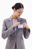 Porträt einer Geschäftsfrau, die ihr Abzeichen befestigt Stockfoto