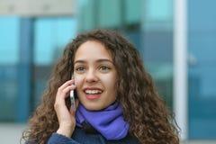 Porträt einer Geschäftsfrau spricht am Telefon stockfotografie