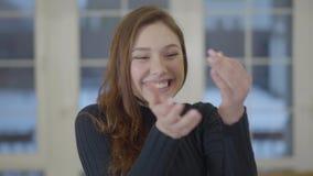 Porträt einer glücklichen überzeugten lächelnden Frau, welche die Schlüssel eines gekauften neuen Hauses oder der Wohnung zur Kam stock video footage