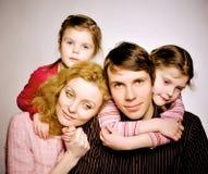 Porträt einer glücklichen Familie lizenzfreie stockfotos