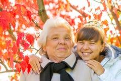 Porträt einer glücklichen Familie im Park Lizenzfreie Stockbilder