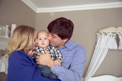 Porträt einer glücklichen Familie Innen stockfotos
