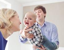 Porträt einer glücklichen Familie Innen lizenzfreie stockbilder