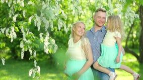 Porträt einer glücklichen Familie mit einer schwangeren Mutter stock footage