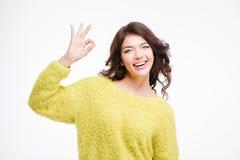 Porträt einer glücklichen Frau, die okayzeichen zeigt Lizenzfreies Stockfoto
