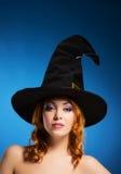 Porträt einer glücklichen Frau in einem Hexenhut Lizenzfreie Stockbilder