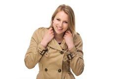 Porträt einer glücklichen jungen Frau im Wintermantel Stockbilder