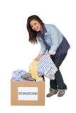Porträt einer glücklichen jungen Frau mit Kleidungsspende Lizenzfreie Stockfotos