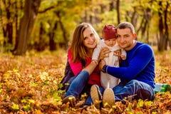 Porträt einer glücklichen jungen kaukasischen Familie, die Baby hält Stockbilder