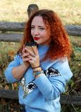 Porträt einer glücklichen jungen Schönheit mit dem roten Haar und beiseite schauen lizenzfreies stockfoto