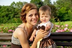 Porträt einer glücklichen Mutter und der Tochter Stockfoto